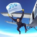 Инвестор SkyWay Робертас Катилиус совершил новый отчаянный поступок – прыгнул с парашютом, развернув в полёте флаг SkyWay на высоте 2800 метров.