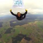 Инвестор Робертас Катилиус совершил новый отчаянный поступок – прыгнул с парашютом, развернув в полёте флаг SkyWay на высоте 2800 метров.