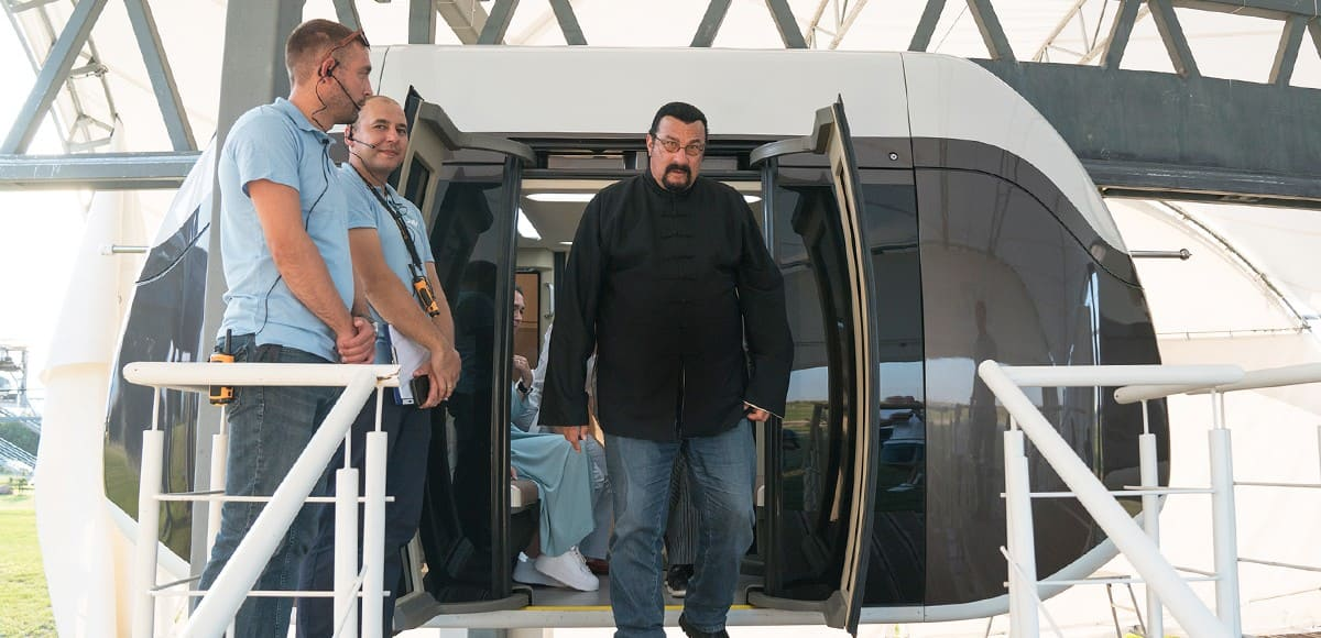 8. Стивен Сигал прокатился на транспорте SkyWay