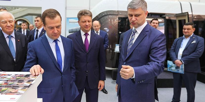 Медведев на выставке транспорт россии скайвей skyway-min