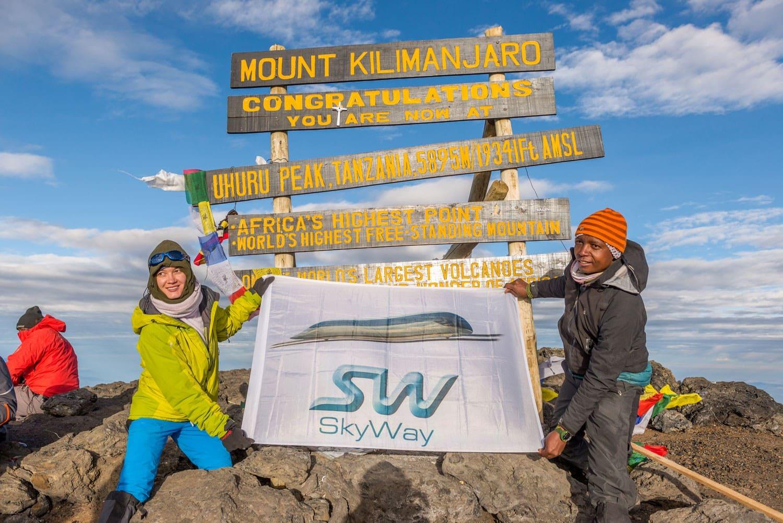 Установка знамени с символикой SkyWay на самой высокой точке Африки — вершине горы Килиманджаро