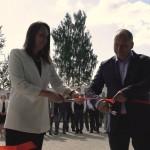 Генеральный директор ЗАО «Струнные технологии» Надежда Косарева перерезает красную ленту