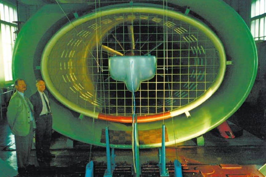 Изобретатель струнного транспорта Анатолий Юницкий рядом с продувочной камерой для определения аэродинамического сопротивления