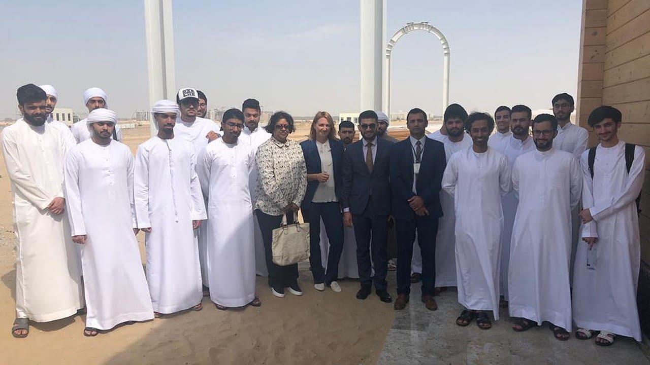 Tài nguyên nhân sự của Vận chuyển chuỗi đơn vị - sinh viên từ UAE làm quen với Trung tâm đổi mới SkyWay ở Sharjah (1)